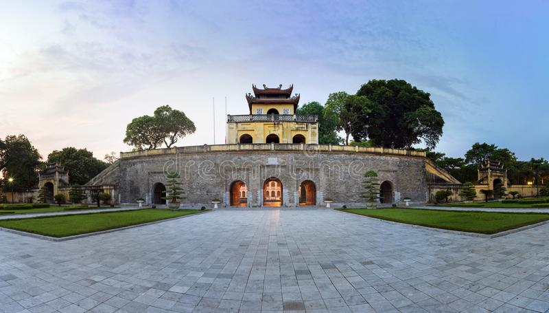 Sector central del panorama de ciudadela imperial de Thang de largo, el complejo cultural que comprende el recinto real primero c foto de archivo