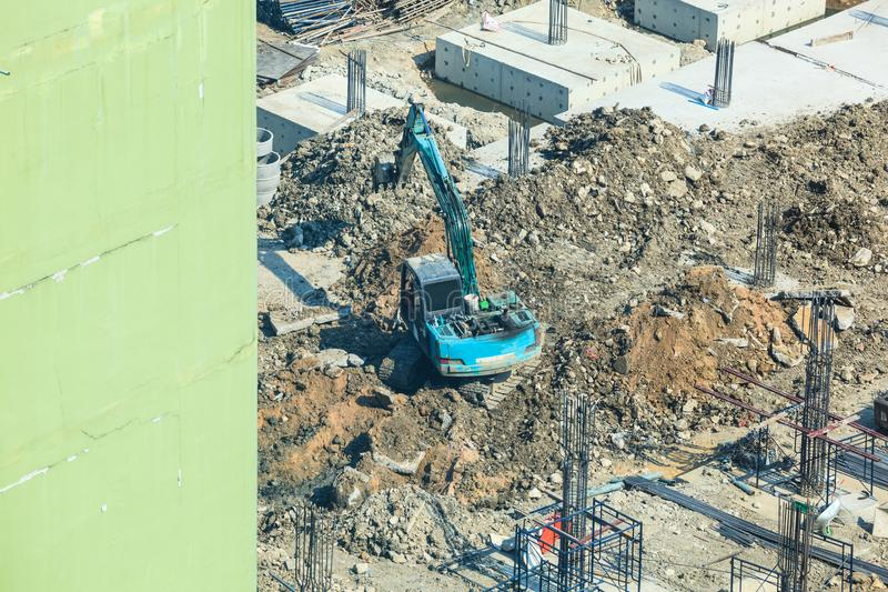 Sector de la construcción, sitio de la construcción de edificios concretos Pilas concretas conducidas en la tierra por el excavad imagen de archivo