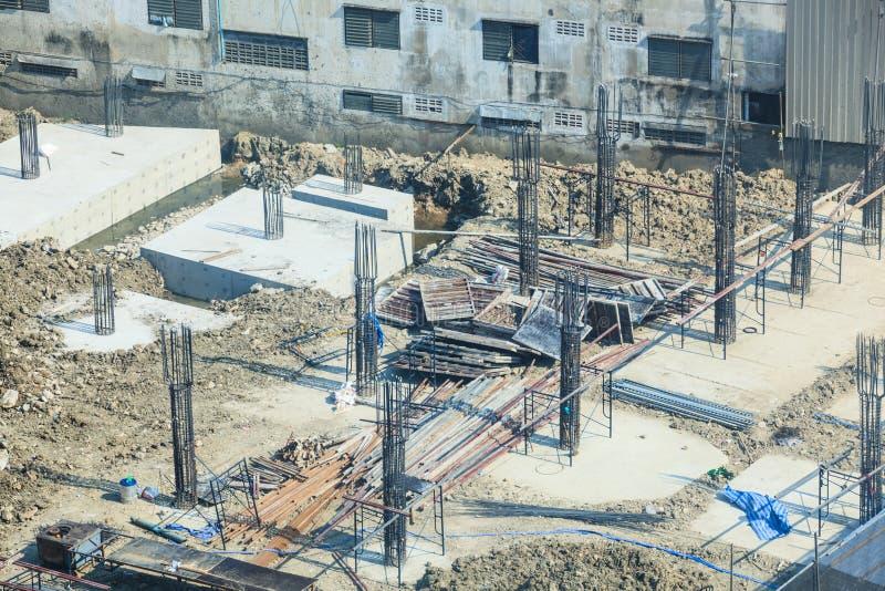 Sector de la construcción, sitio de la construcción de edificios concretos Pilas concretas conducidas en la tierra de la subestru foto de archivo