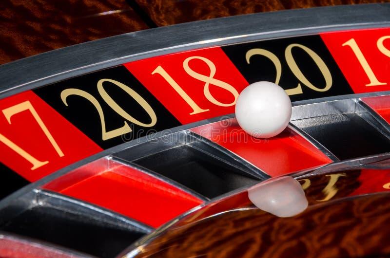 Sector rojo afortunado 2018 de la rueda de ruleta del casino del Año Nuevo dieciocho 18 fotos de archivo libres de regalías