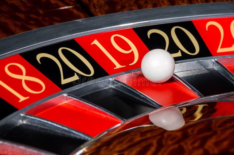 Sector rojo afortunado 2019 de la rueda de ruleta del casino del Año Nuevo dieciocho 19 imagen de archivo libre de regalías