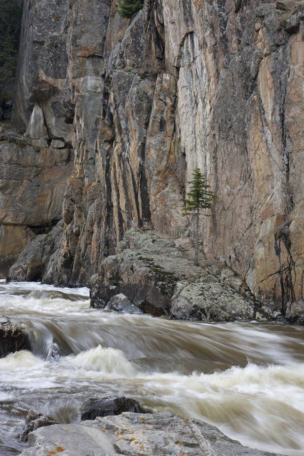 Secuencia de la montaña en una barranca profunda foto de archivo
