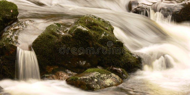 Secuencia que fluye sobre rocas imagenes de archivo