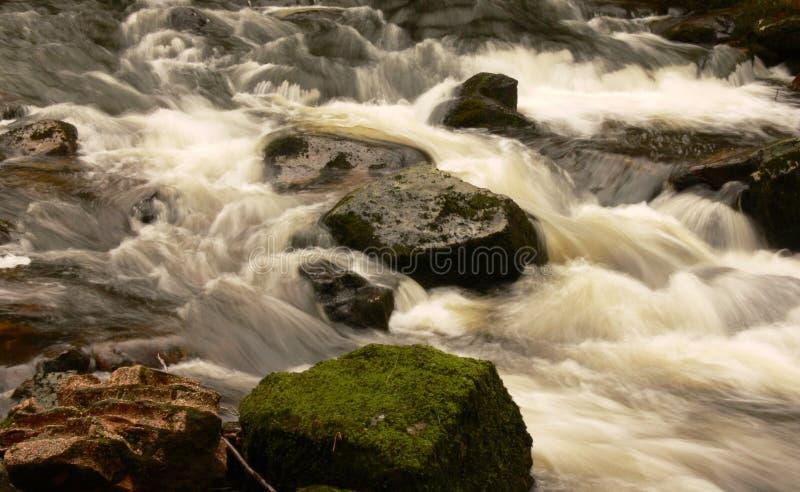 Secuencia que fluye sobre rocas fotografía de archivo