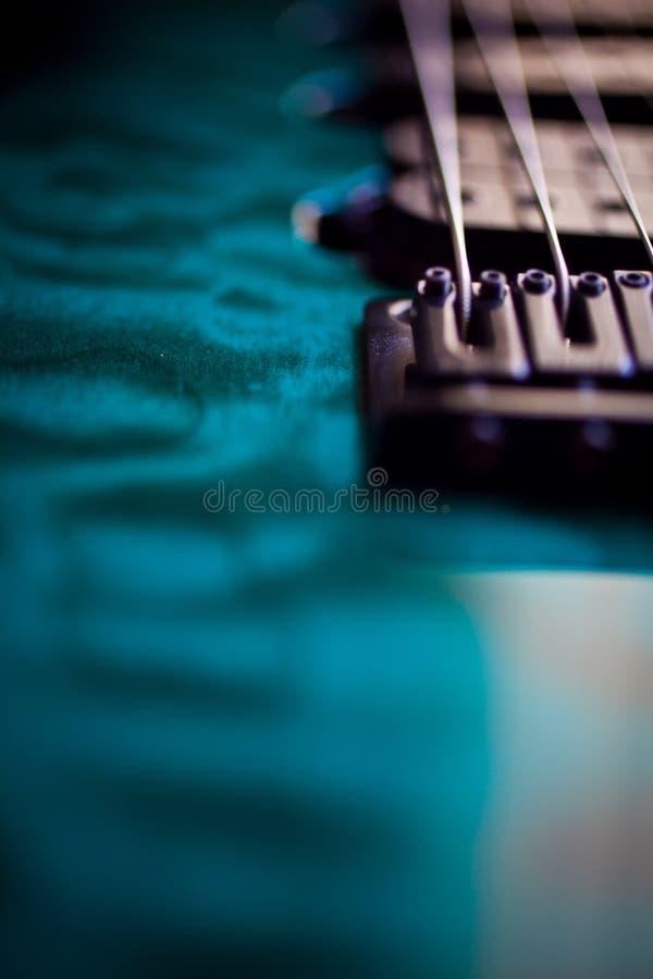 Secuencias macras de la guitarra eléctrica y pintura metálica foto de archivo