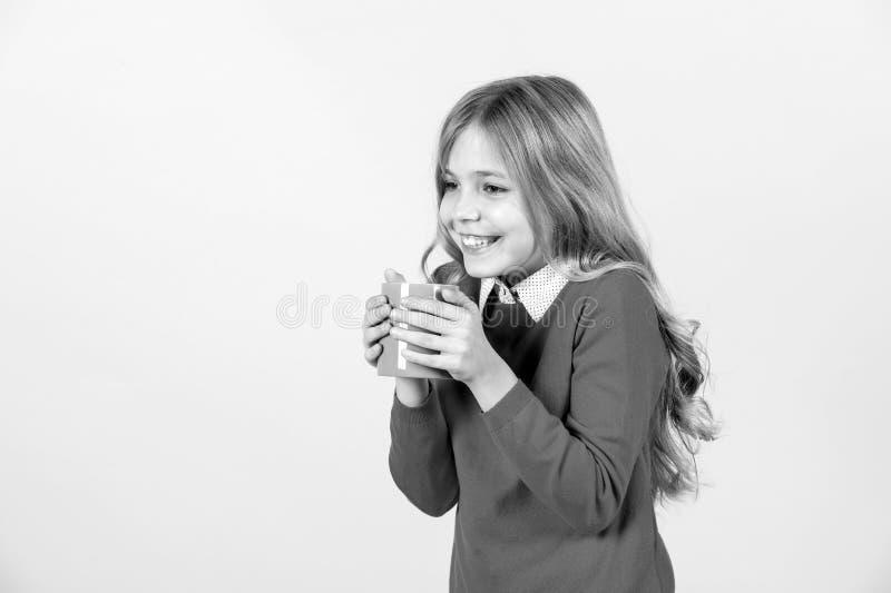 Sed, concepto de la deshidratación Sonrisa del niño con la taza azul en fondo anaranjado Muchacha con el pelo rubio largo en suét imagen de archivo libre de regalías