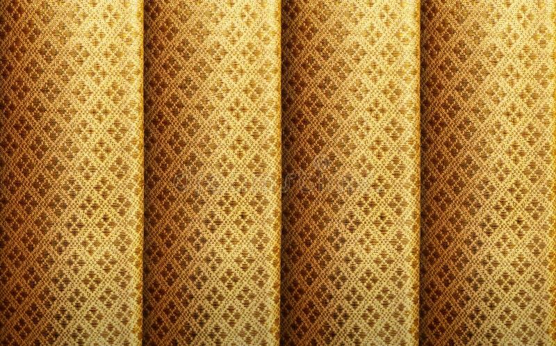 Seda de oro con el fondo real del modelo del vintage La textura de lujo de la armadura hizo de la seda tailandesa imagenes de archivo