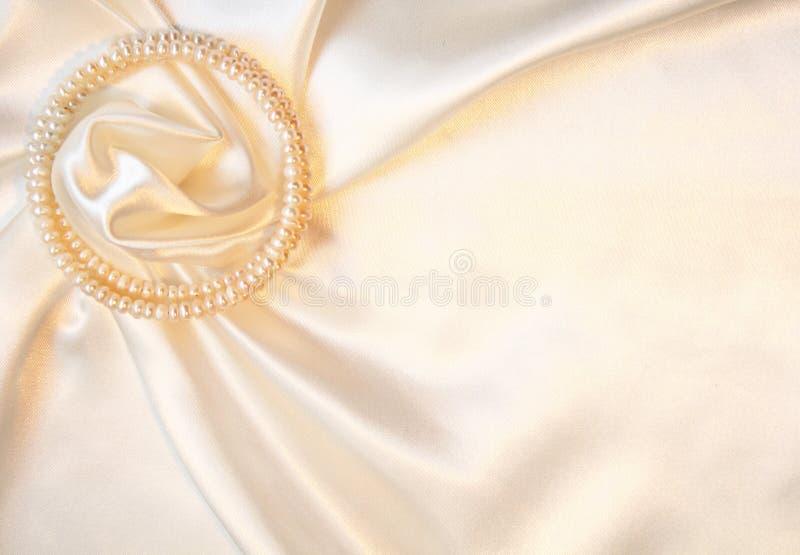 Seda elegante com as pérolas como o fundo do casamento imagens de stock