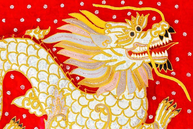 Seda vermelha arte bordada do dragão, Myanmar fotos de stock royalty free