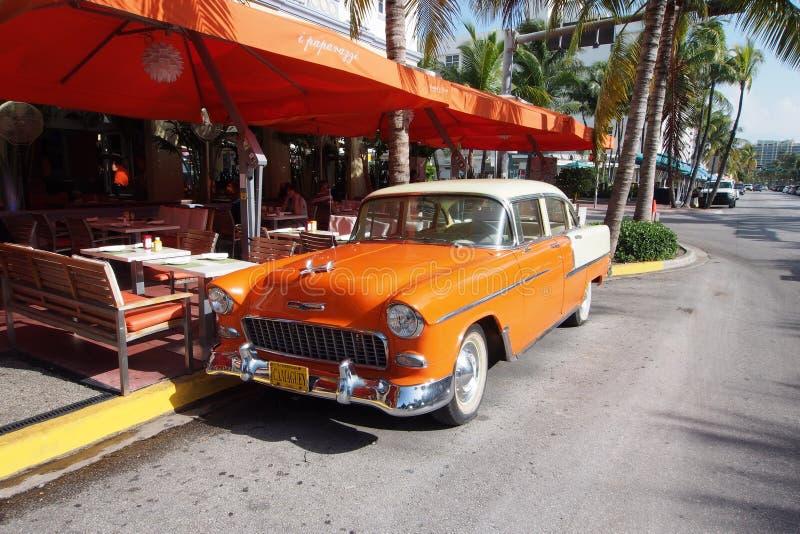 Sedan antigo restaurado de Chevrolet na movimentação do oceano em Miami Beach fotografia de stock