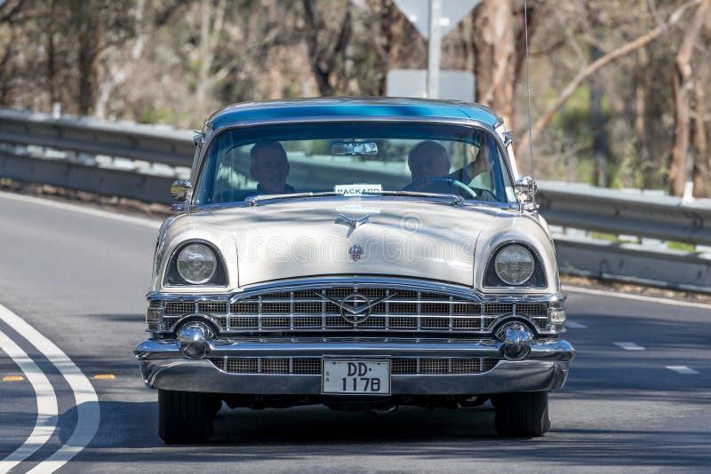 Sedan de Packard do vintage que conduz na estrada secundária imagens de stock