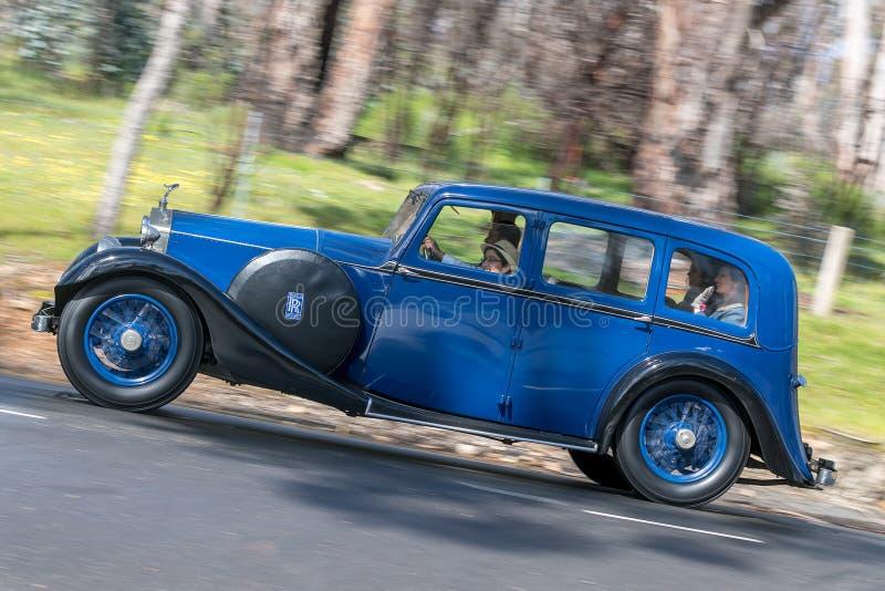 Sedan 1926 de Rolls Royce 20 HP que conduz na estrada secundária fotografia de stock royalty free