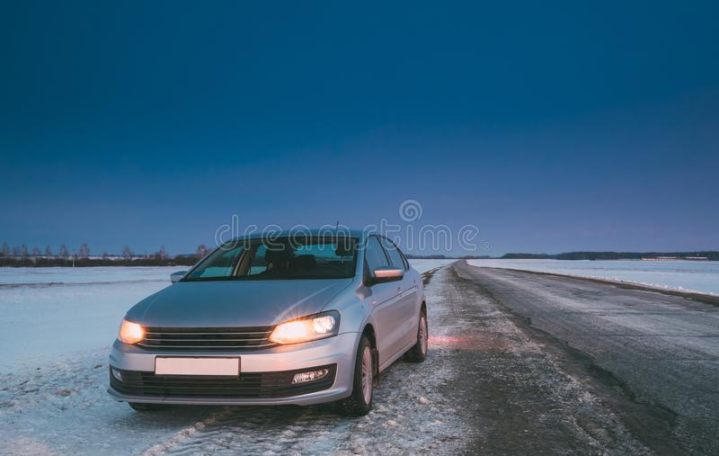 Sedan do carro na estrada secundária na noite do inverno imagem de stock