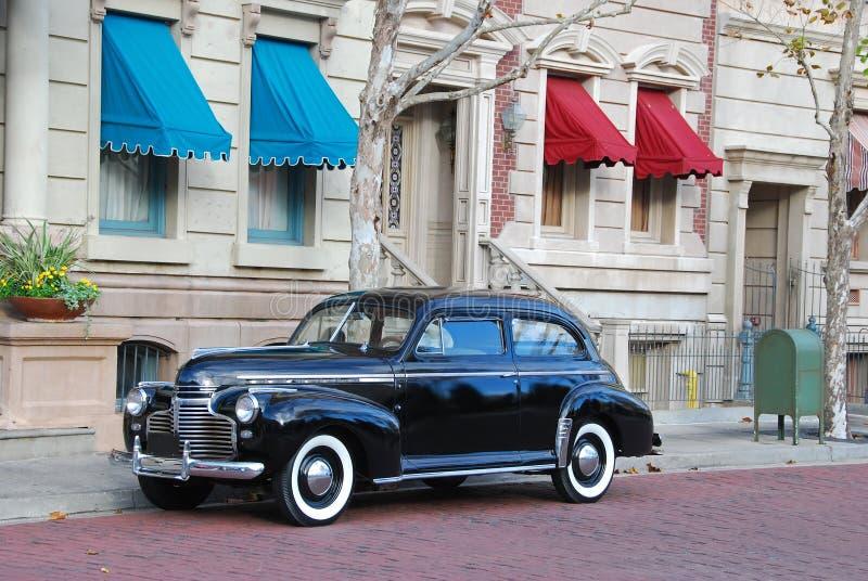 Sedan dos anos 30 estacionado na vizinhança do estilo de New York fotografia de stock