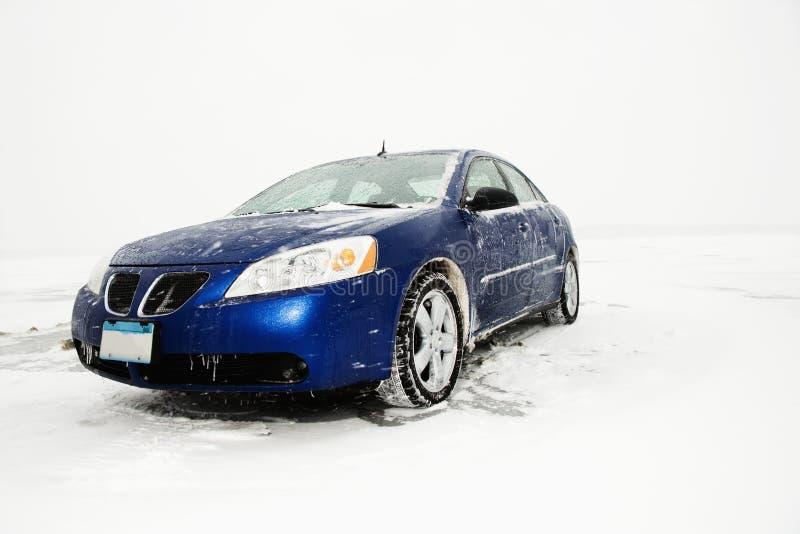 Sedan estacionado na folha de gelo. imagens de stock