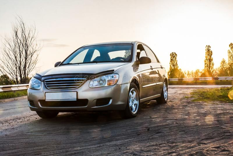 Sedan na estrada na luz solar, close-up do automóvel de passageiros fotos de stock royalty free