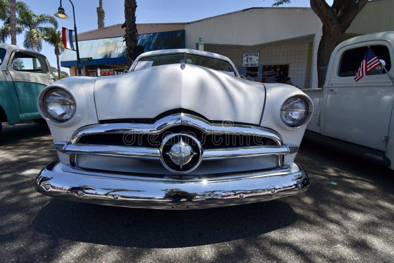 1949 sedan Perolado-branco da porta de Ford 2, 1 fotografia de stock