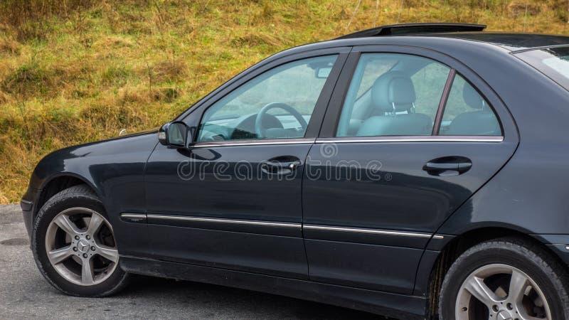 Sedanu sporta wyposażenia samochód wśrodku widoku przez lewych stron okno, rzemiennego wnętrza, chromowanych elementów, przodu i  zdjęcie royalty free