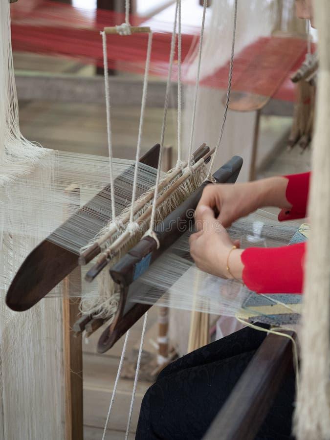 Sedas naturais no tear de tecelagem tradicional do lao, Luang Phabang fotografia de stock royalty free