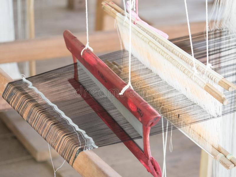 Sedas naturais no tear de tecelagem tradicional do lao, Luang Phabang imagem de stock royalty free