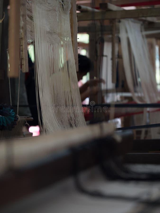 Sedas naturais no tear de tecelagem tradicional do lao, Luang Phabang fotos de stock
