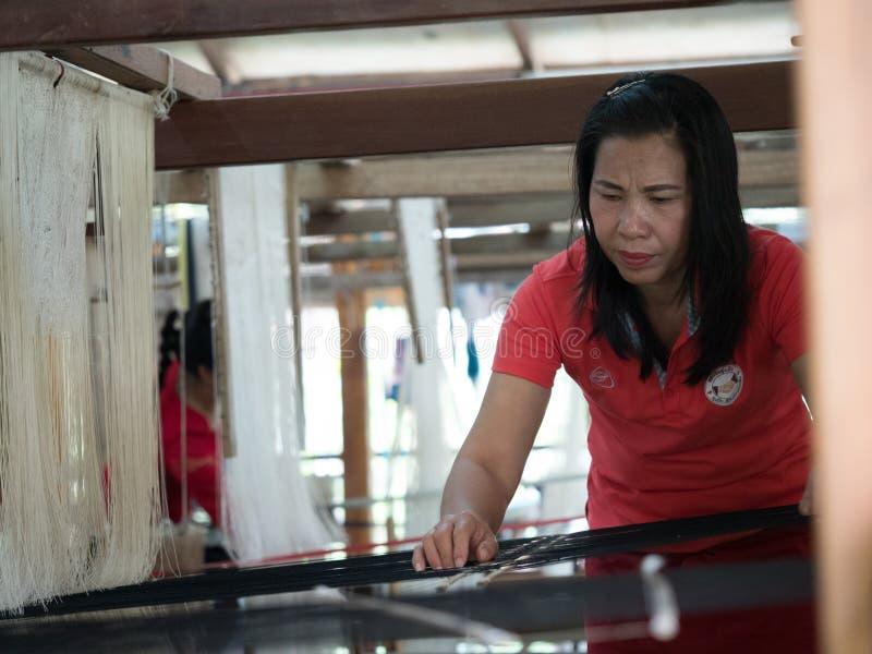 Sedas naturais no tear de tecelagem tradicional do lao, Luang Phabang imagens de stock royalty free