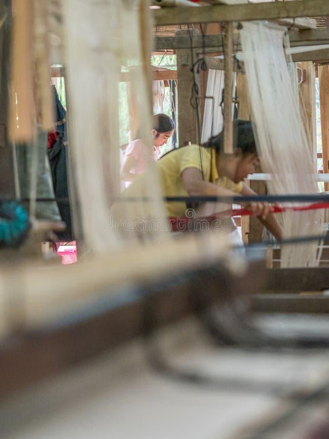 Sedas naturais no tear de tecelagem tradicional do lao, Luang Phabang fotos de stock royalty free