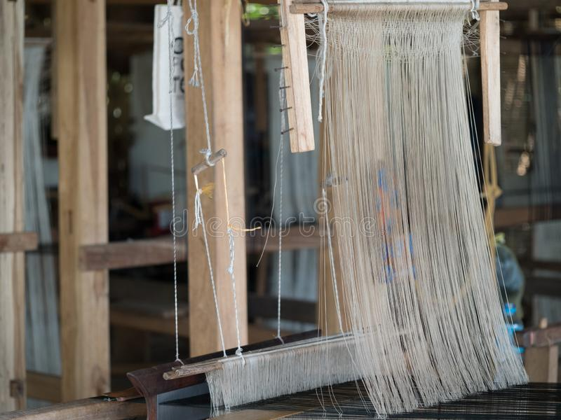 Sedas naturais no tear de tecelagem tradicional do lao, Luang Phabang fotografia de stock