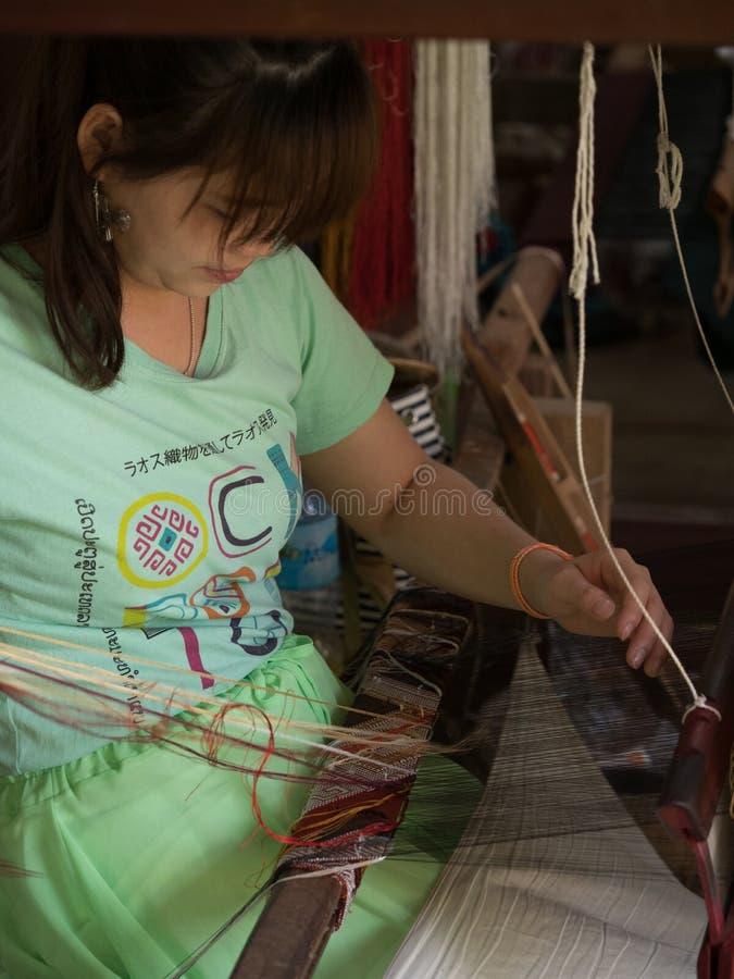 Sedas naturais no tear de tecelagem tradicional do lao, Luang Phabang foto de stock royalty free