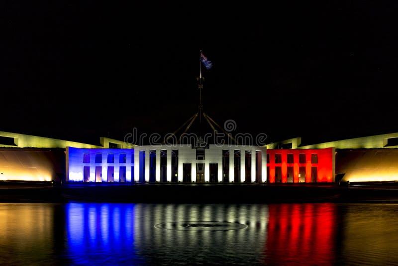 Sede del parlamento di Australias in blu, nel bianco e nel rosso fotografia stock