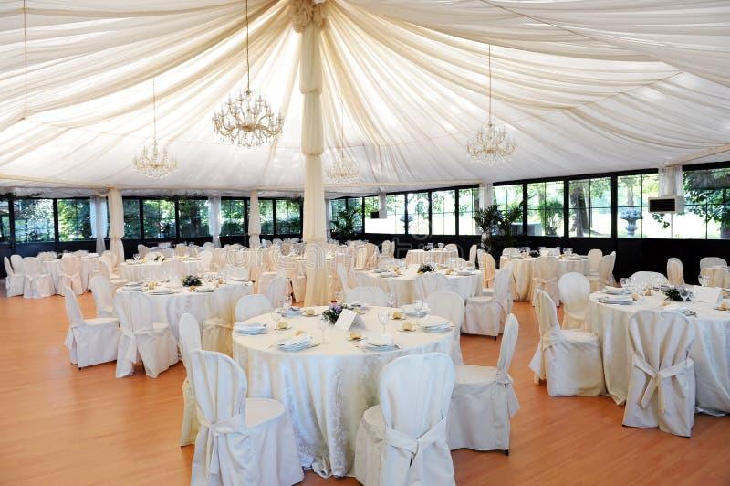 Sede di nozze sotto una tenda foranea immagine stock
