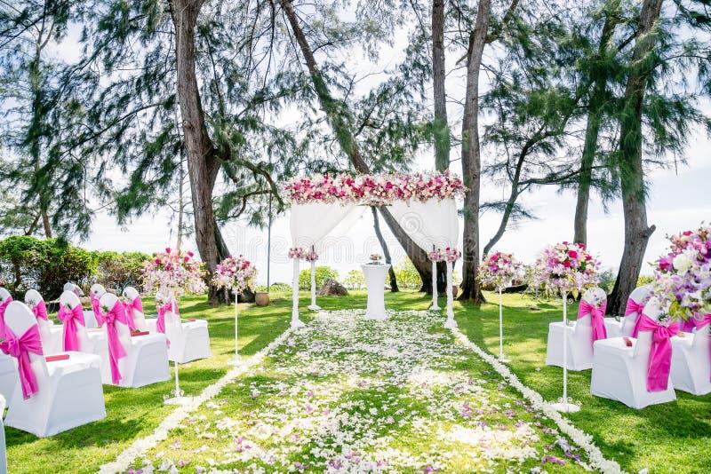 Sede di nozze di spiaggia all'aperto con il pino ed i precedenti dell'oceano, Koh Samui, Tailandia fotografia stock libera da diritti