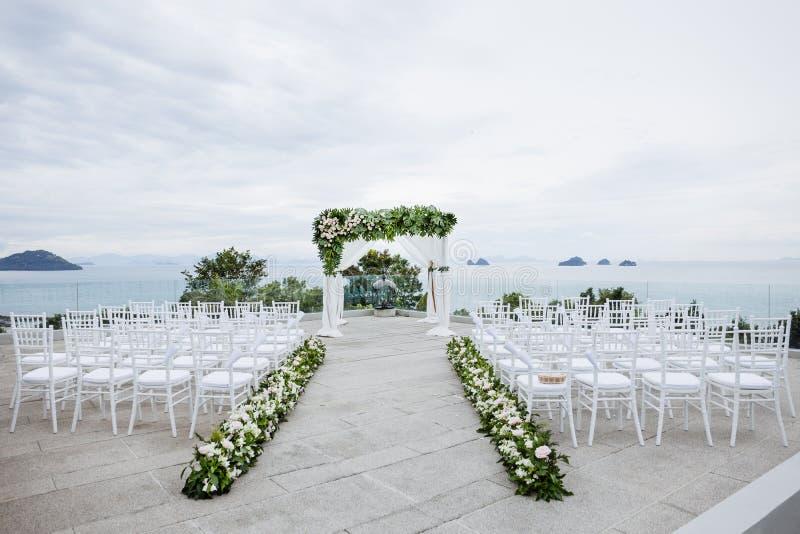 Sede di nozze di spiaggia, le sedie bianche, fiore, floreale immagini stock