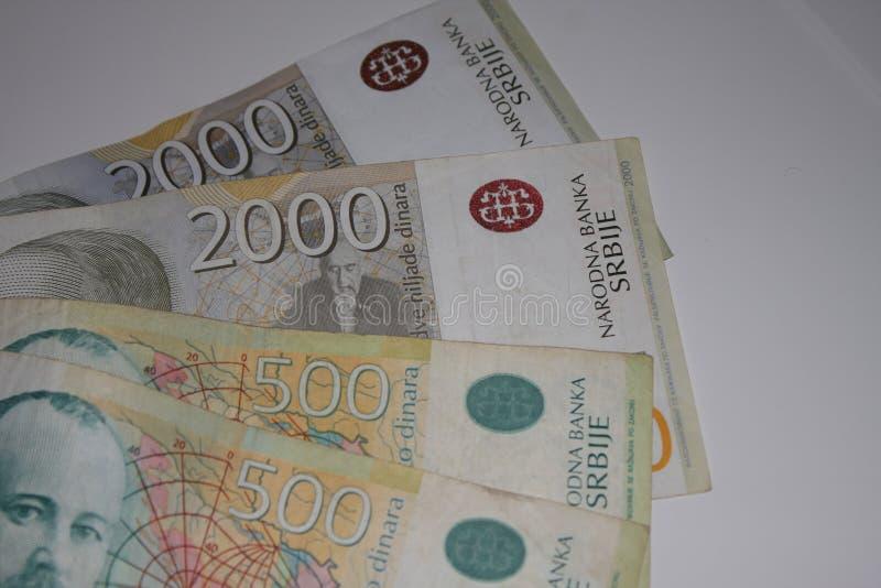 Sedel av serbdinar 2000 RSD och hög av olika räkningar royaltyfri fotografi