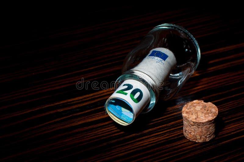 Sedel för euro 20 inom en flaska royaltyfria bilder