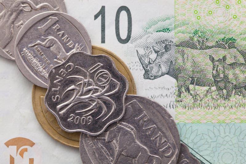 Sedel och mynt av randen av Sydafrika arkivbilder