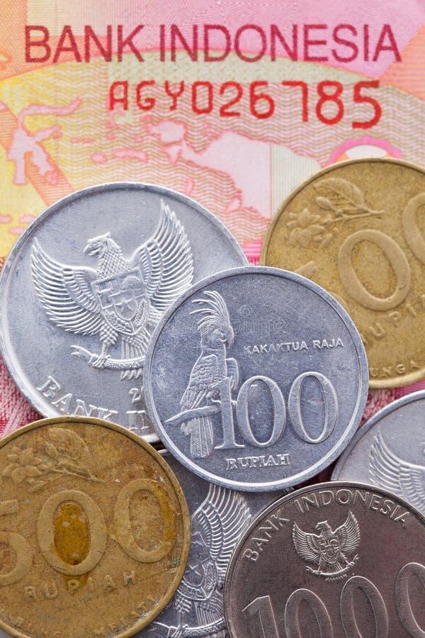 Sedel och mynt av rupiahen av Indonesien royaltyfri bild