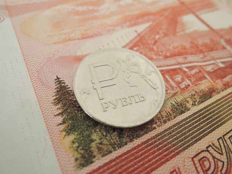 Sedeln av 5 tusen metallmynt 1 rubel royaltyfria bilder