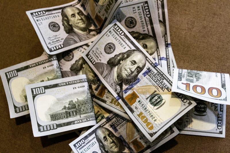Sedelräkningar av hundra US dollar i slumpmässig form royaltyfri fotografi