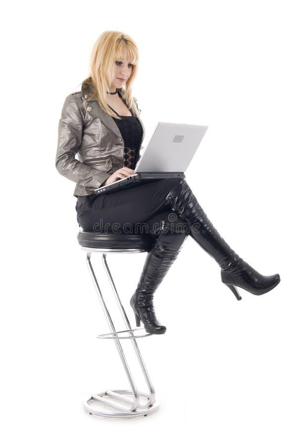 Sedendosi con la ragazza del Blonde del taccuino fotografie stock libere da diritti