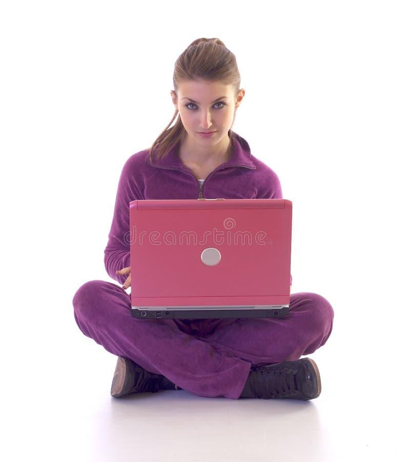 Download Sedendosi Sul Pavimento Per Mezzo Del Computer Portatile Fotografia Stock - Immagine di umano, bellezza: 7323044