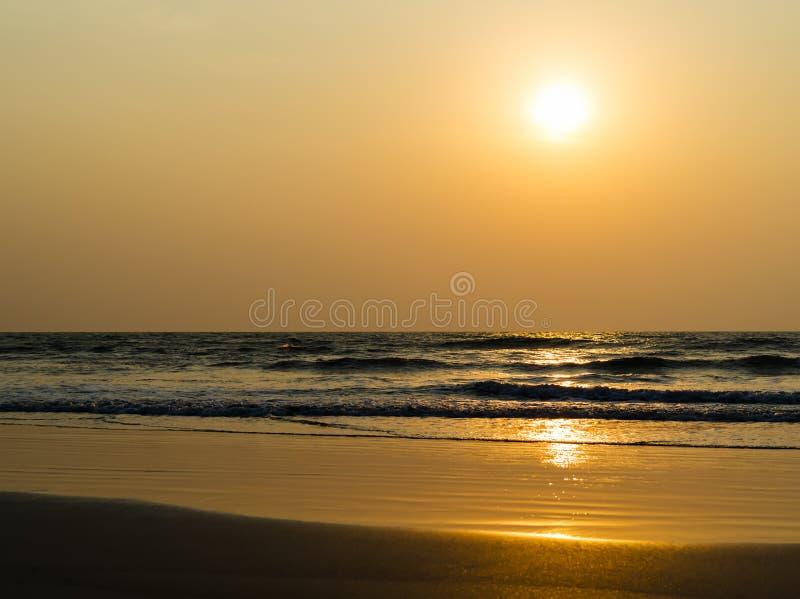 Sedere vive orizzontali del paesaggio di incandescenza del sole delle onde di marea di orizzonte dell'oceano fotografia stock
