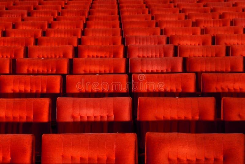 Sedi rosse della sala da concerto immagini stock