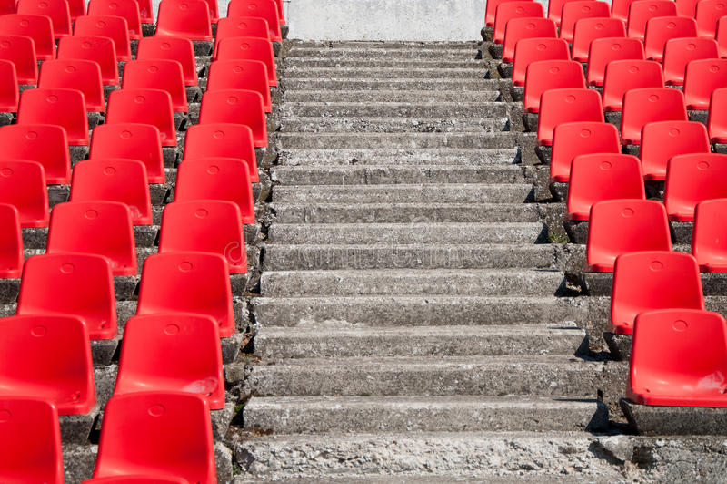 Sedi vuote rosse dello stadio fotografia stock