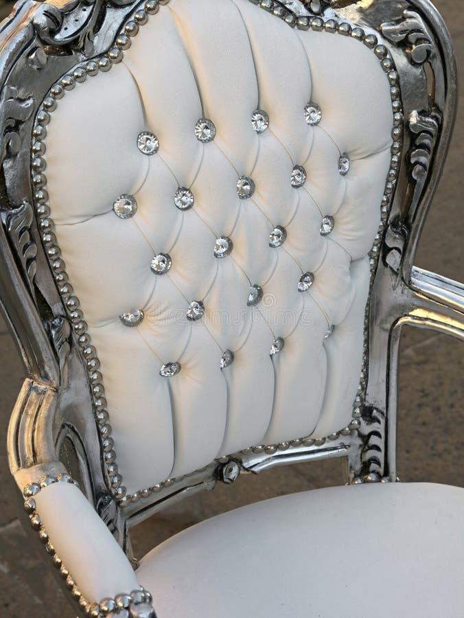 Sedia antica preziosa in bottoni del diamante e del cuoio bianco fotografia stock libera da diritti