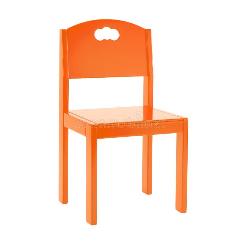 Sedia arancio di legno per i bambini isolati su fondo bianco fotografia stock libera da diritti