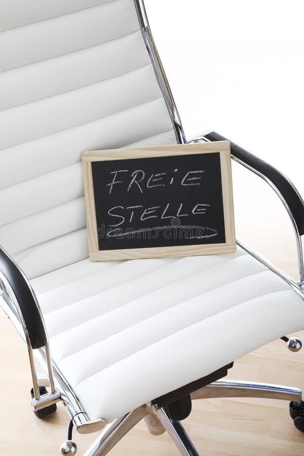 Sedia bianca dell'ufficio, lavagna, posto vacante, immagine stock libera da diritti