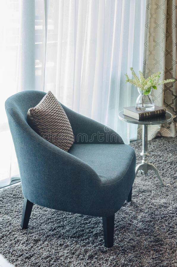 Download Sedia Blu Moderna Con Il Cuscino Marrone Su Tappeto Immagine Stock - Immagine di strato, lusso: 55364059