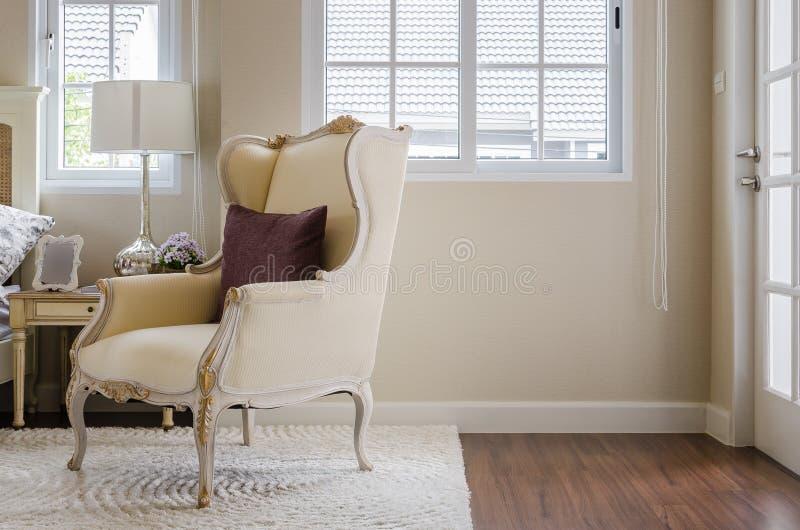 Sedia classica su tappeto con il cuscino in camera da letto fotografia stock immagine di bello - Sedia camera da letto ...