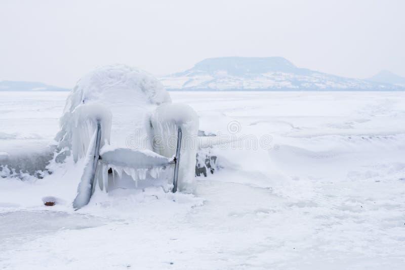 Sedia congelata sulla riva fotografia stock